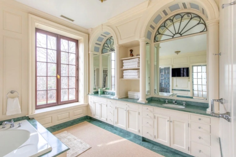 Uno de los 18 baños de la residencia de Lendl. Crédito: The Sun