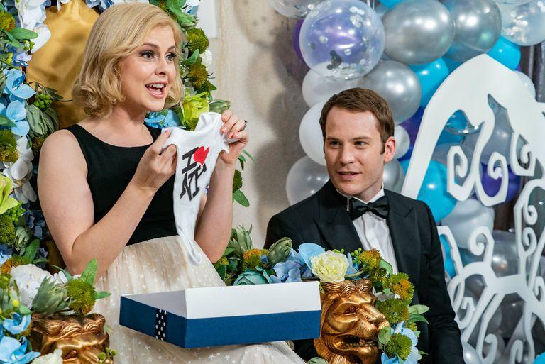 Rose McIver y Ben Lamb en Un príncipe de Navidad: bebe real, de Netflix