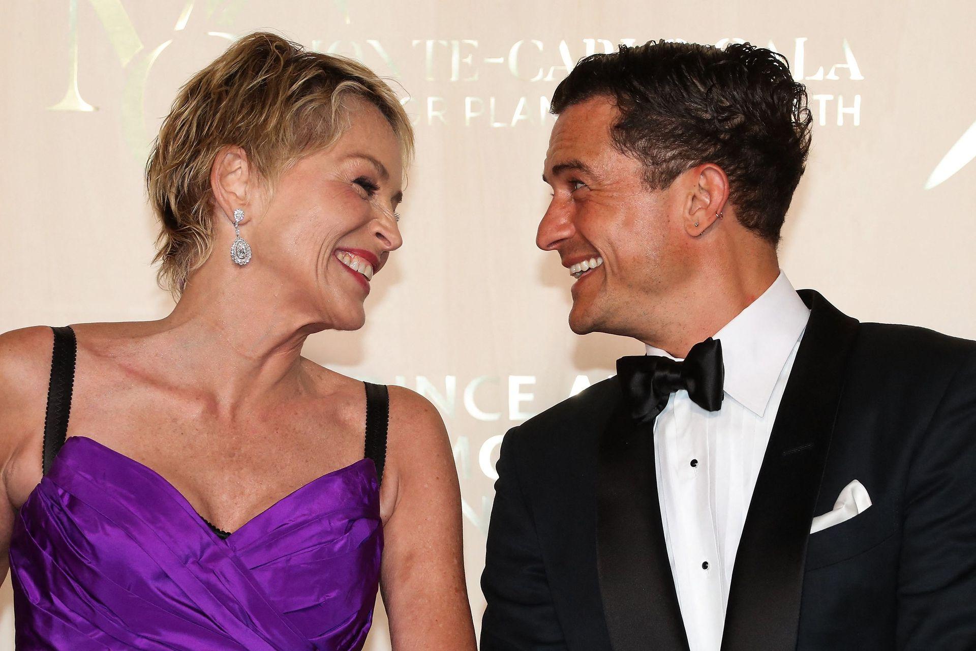 ¿De qué se ríen? Sharon Stone y Orlando Bloom, durante una sesión de fotos previa a la Gala de Montecarlo para la Salud del Planeta, en Mónaco