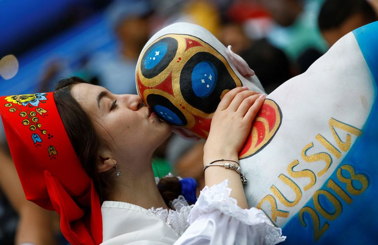 Espectadores disfrazados esperando el comienzo de la fiesta inaugural del mundial