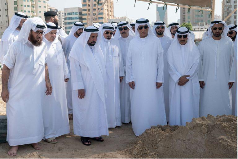 El gobernante de los Emiratos Árabes Unidos de Sharjah (el tercero desde la izquierda) asiste al entierro de su hijo Khalid, acompañado por los gobernantes de los otros emiratos