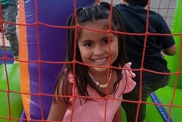 La niña vestía una campera negra con capucha, buzo rosa y botas negras al momento de su desaparición