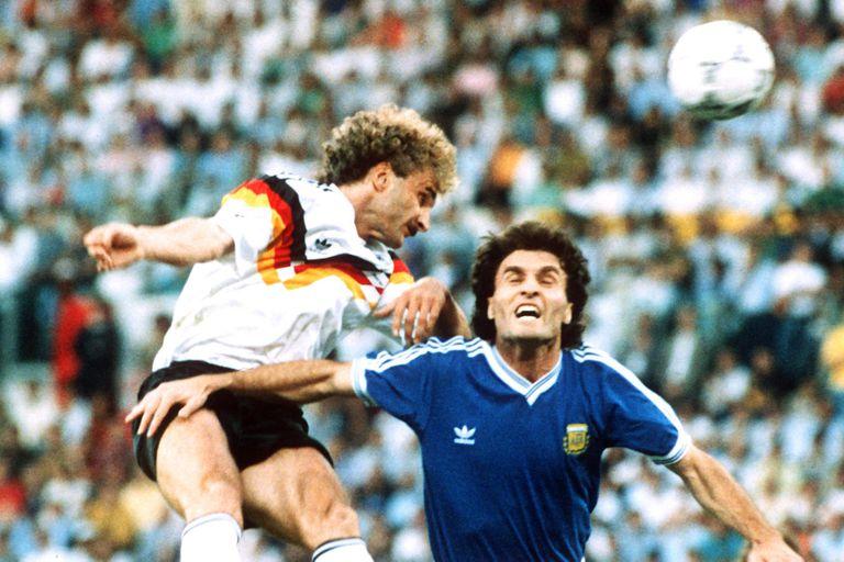 Rudi Voeller le gana a Oscar Ruggeri en un cabezazo; la selección llegó con muchas bajas a la final de Italia 90 y el defensor argentino sólo pudo jugar el primer tiempo; luego, se retiró lesionado