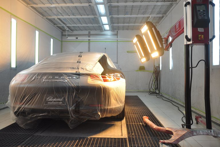 Instalaciones modernas. La calidad del repintado requiere de cámaras de pintura y de secado del mismo nivel que el de la fabricación original