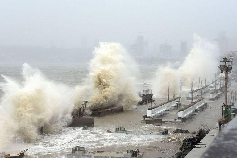 Las olas azotan la costa de Bombay este lunes, mientras el ciclón Tauktae se abalanza sobre la India