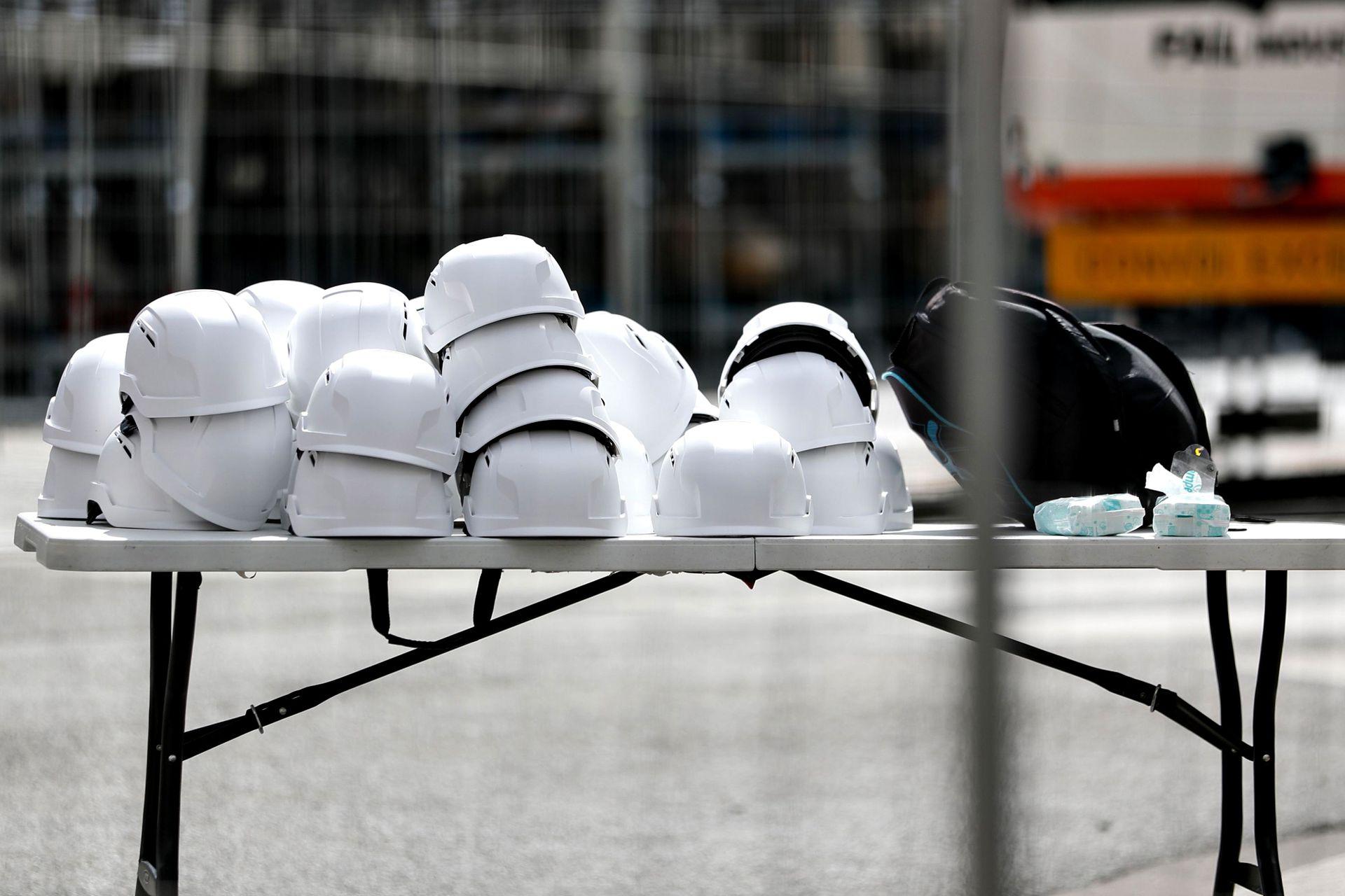 Los cascos de seguridad en una mesa afuera de Notre Dame
