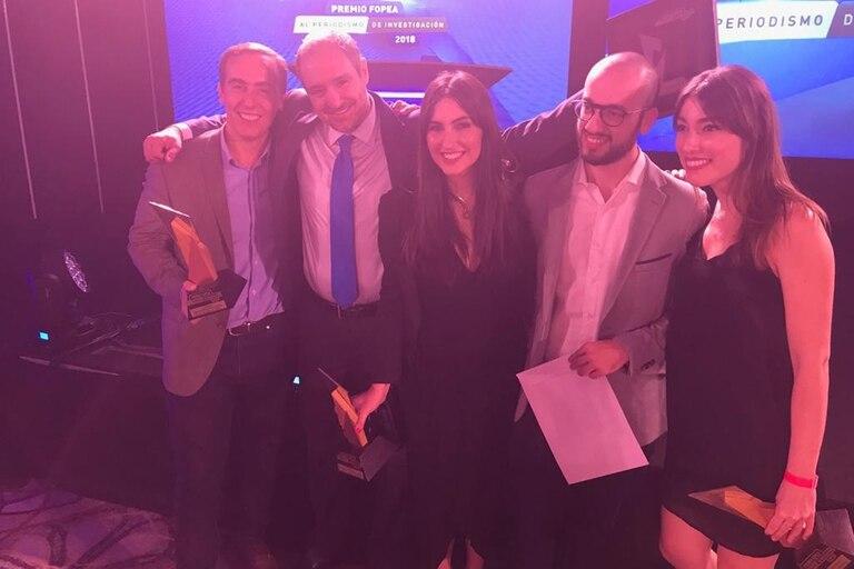 Hugo Alconada Mon, Diego Cabot, Candela Ini, Santiago Nasra y Maia Jastreblansky, los periodistas de LA NACION que fueron premiados por Fopea