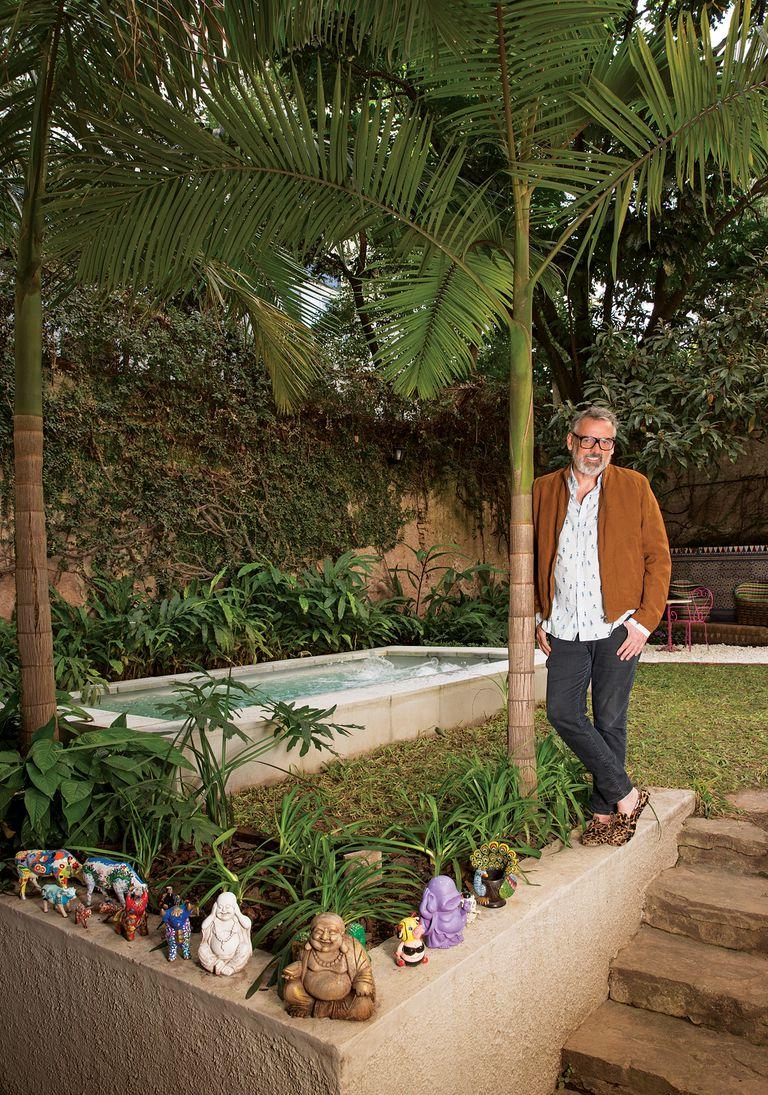 """Una colección de imágenes de Buda (""""soy cero religión, pero me los fueron regalando y me encantan"""", dice) y animales de cerámica dan la bienvenida al jardín, con palmera, pileta y sector lounge incluido"""