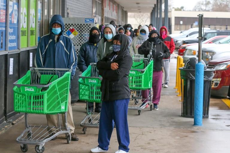 """El gobernador de Texas, Greg Abbott, levantó un mandato de uso obligatorio de máscaras el 2 de marzo de 2021 y autorizó a las empresas restringidas debido a la pandemia a abrir """"al 100%"""""""