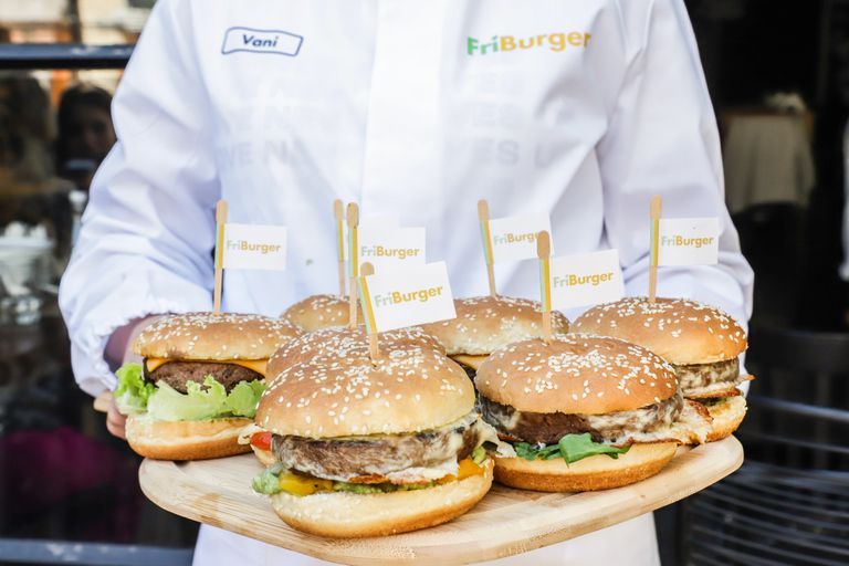 La hamburguesa Friburger estará disponible en 10 días al público