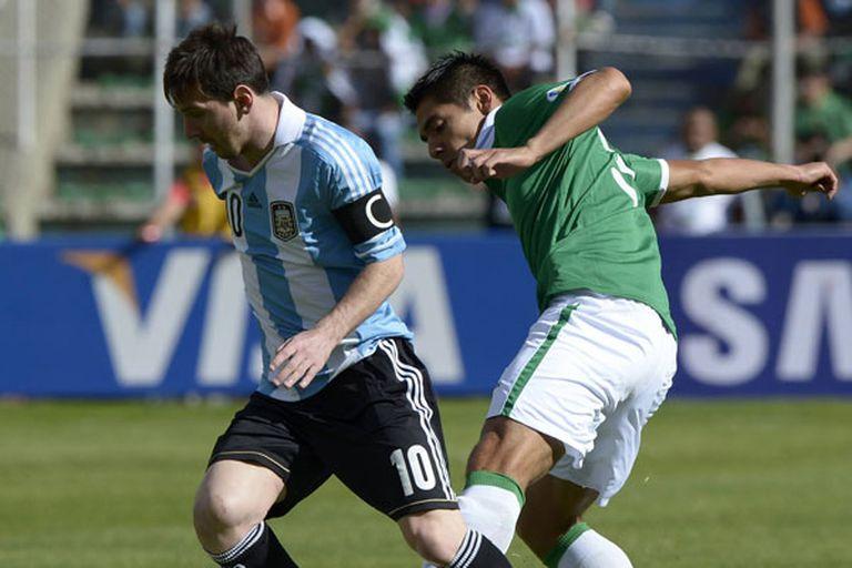 Lionel Messi es marcado por Moreno Martins en un partido entre la Argentina y Bolivia
