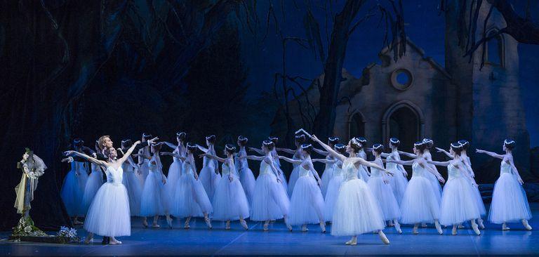 El gran clásico del romanticismo, con Nadia Muzyca (Giselle) y Federico Fernández (Albrecht) en los roles principales, enfrentando el poder de Mirtha, la reina de las Willis, en una de las últimas reposiciones del clásico que hizo el Ballet Estable del Teatro Colón