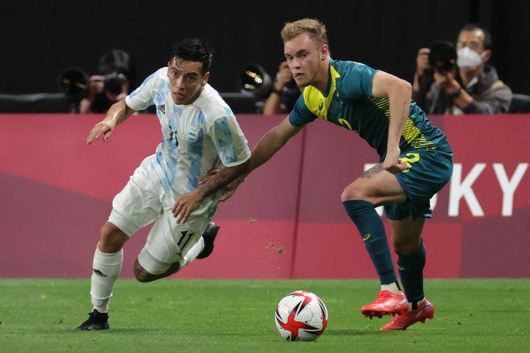 Ezequiel Barco lucha con el defensor Atkinson durante el debut del Sub  23 ante Australia, en Japón