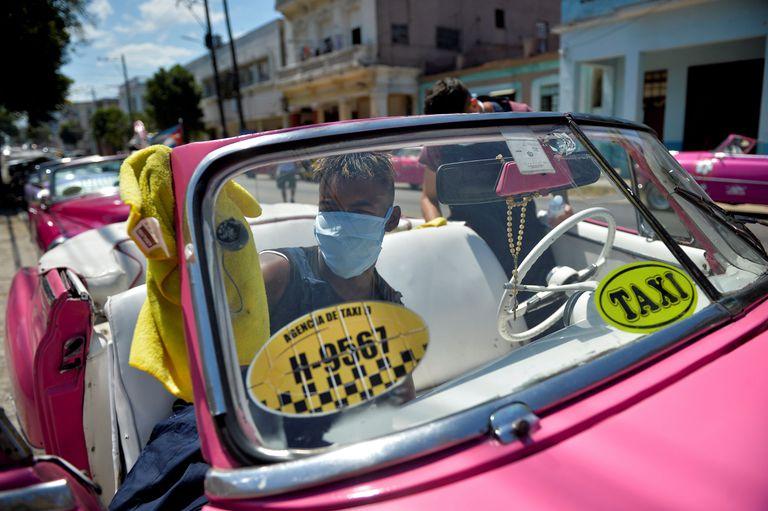 Cuba hace una histórica apertura económica, pero endurece el control político