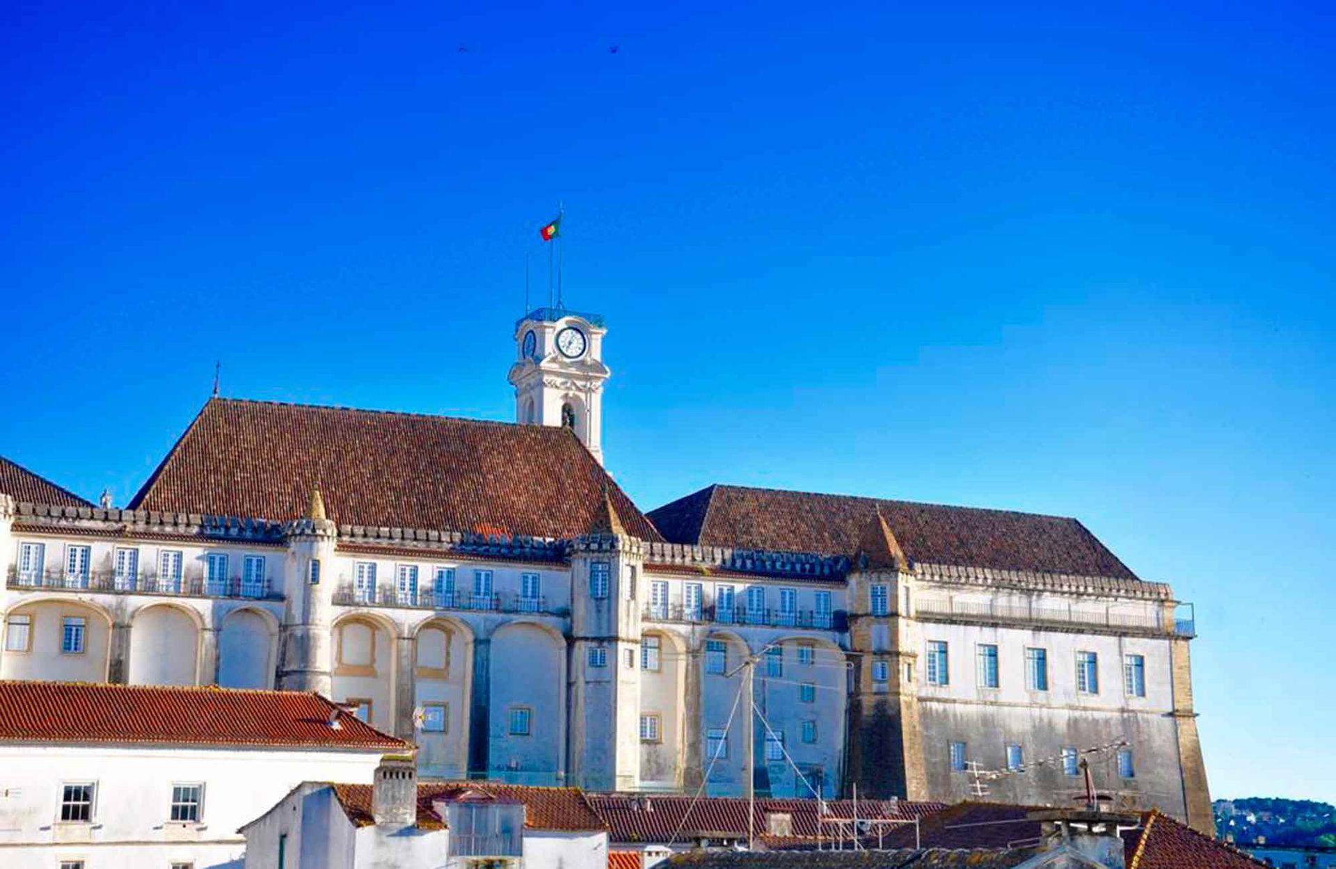 El exterior de la Universidad de Coimbra donde se encuentra la Biblioteca Joanina.