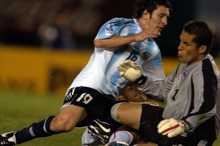 Messi y Butrón, en el partido que ganó la Argentina por 2 a 0 por las eliminatorias rumbo a Alemania 2006
