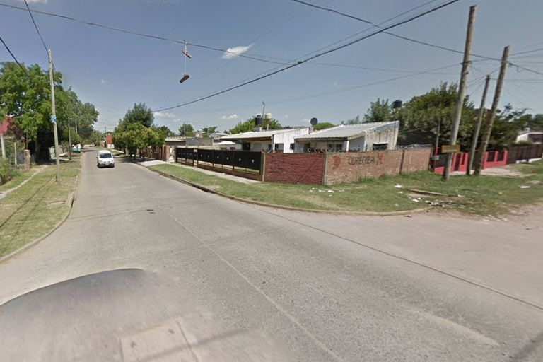 Una mujer fue baleada cuando su esposo forcejeaba con ladrones dentro de su casa