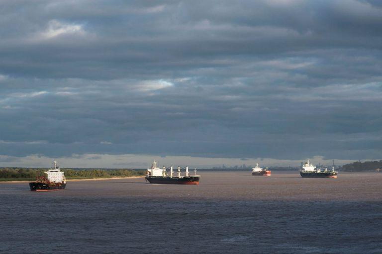 La bajante obligó a los buques a salir con menos carga