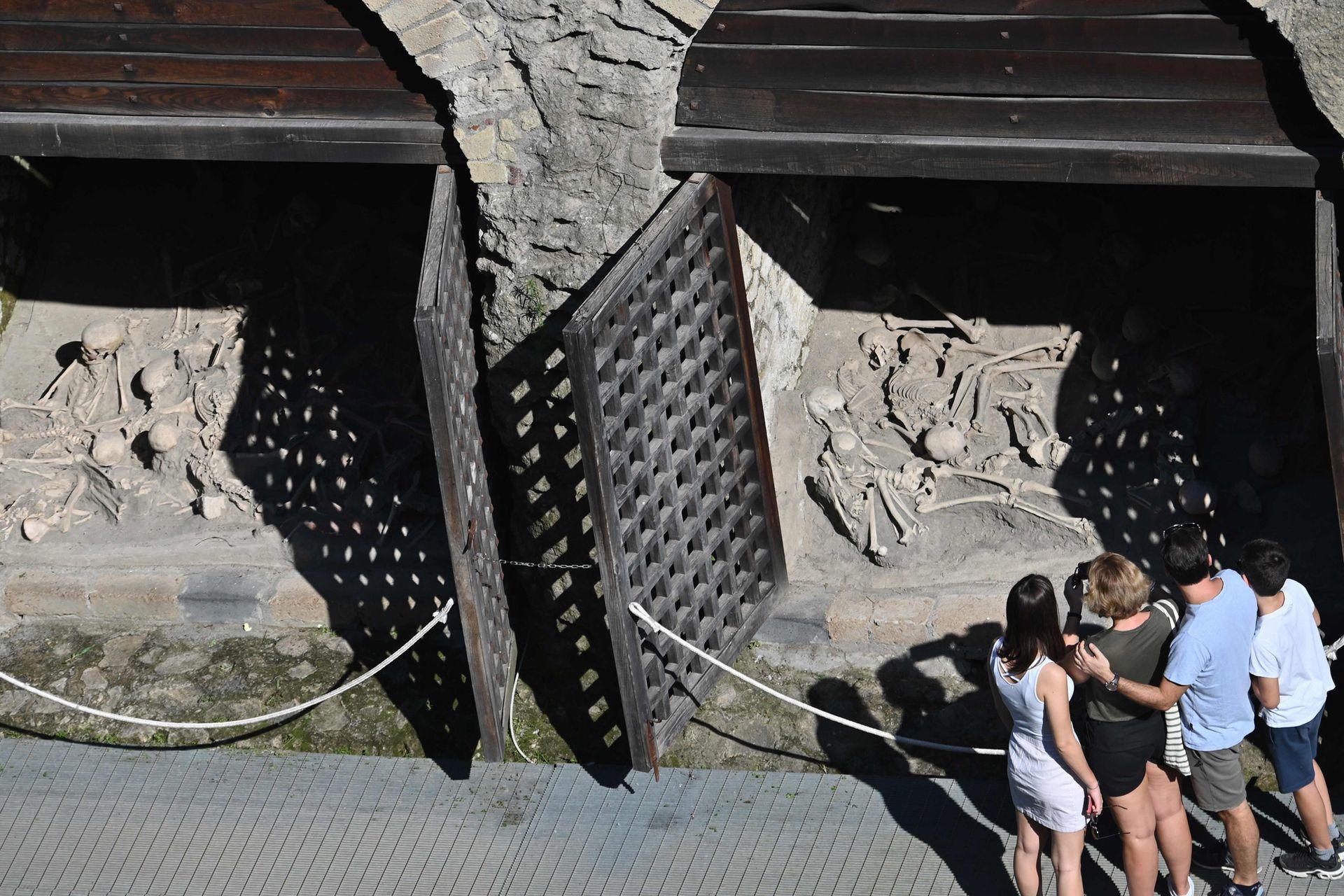 Durante la erupción, la gran mayoría de sus habitantes logró huir, aunque en 1980 se encontraron 400 esqueletos bien conservados