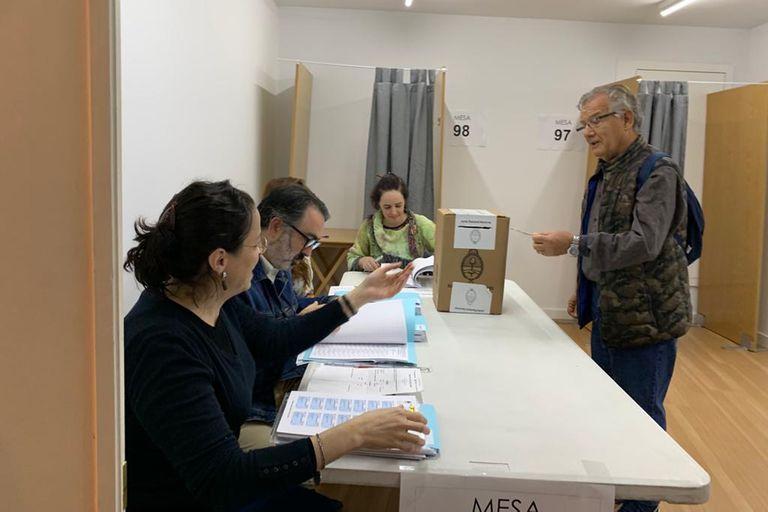 José fue el primer votante en la mesa electoral madrileña. Reside en el sur de España en la región de Murcia e hizo 400 kilómetros para estar hoy y emitir su voto.