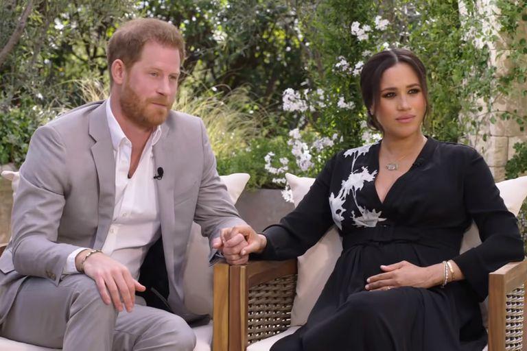 Una imagen de la explosiva entrevista del príncipe Harry y su esposa, Meghan Markle, con Oprah Winfrey