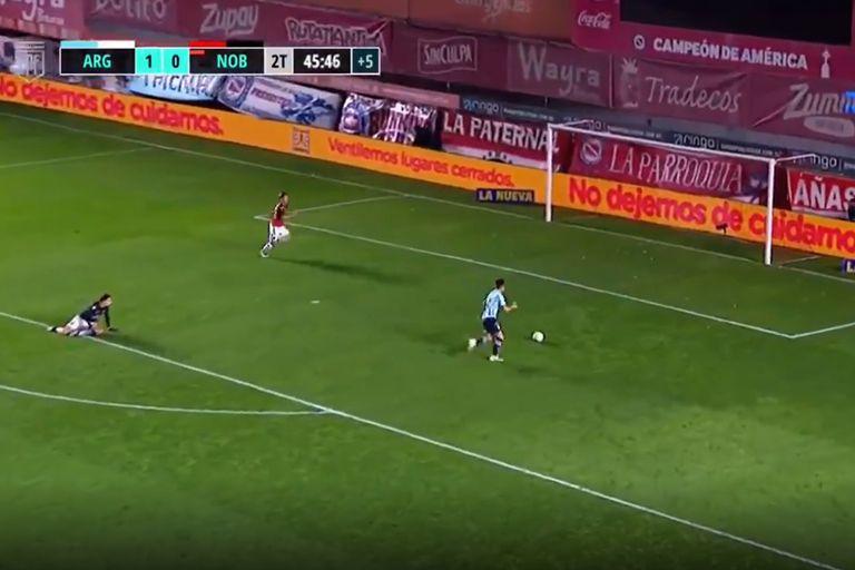 El insólito gol que erró Reniero con el arco vacío