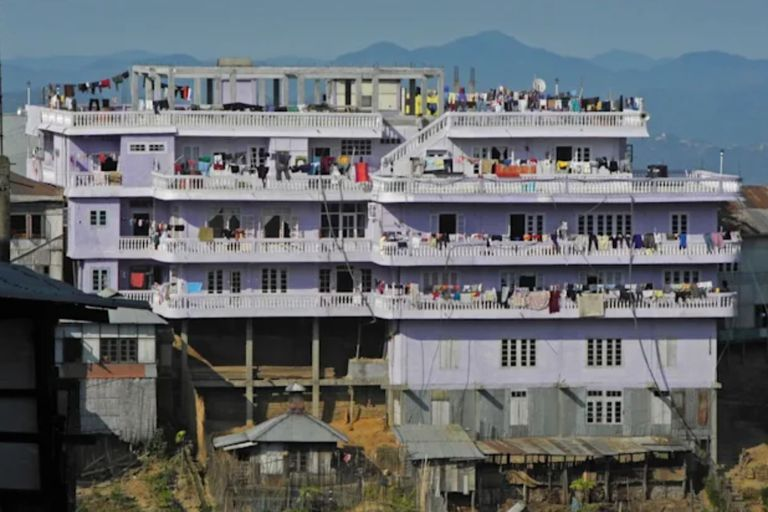 La extensa familia vive en comunidad en una casa de cuatro pisos y 100 habitaciones