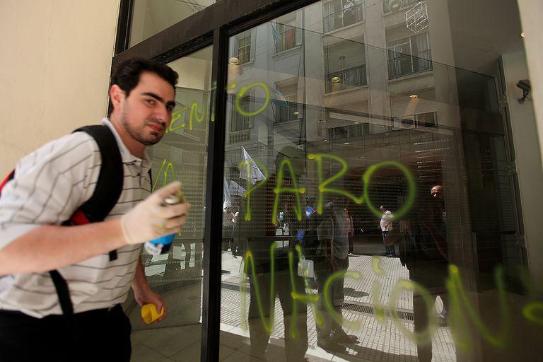 Los manifestantes pintaron varios frentes de los bancos