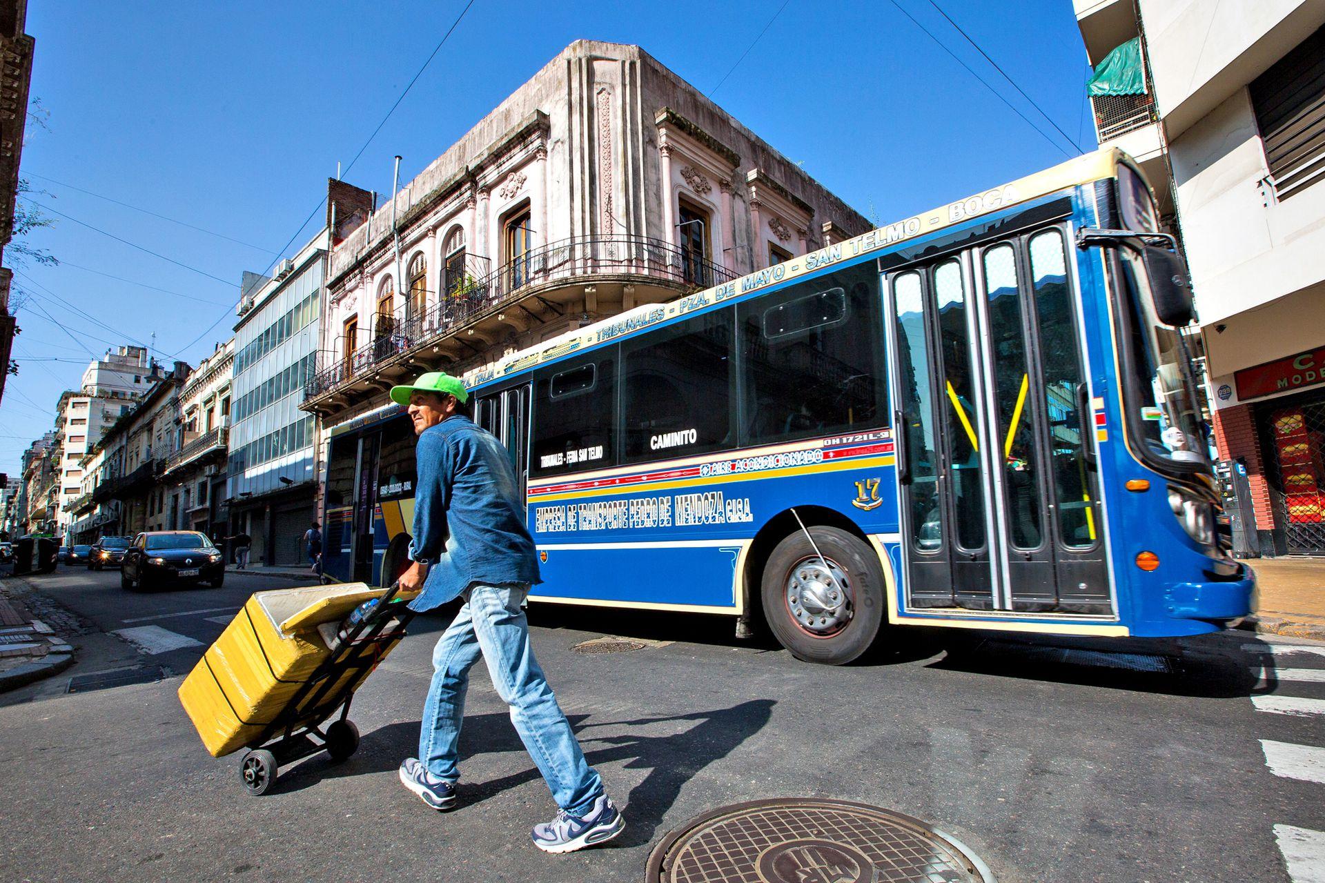 El traslado de los recorridos de las líneas que circulan por el Casco Histórico es determinante para avanzar con la restauración del espacio público
