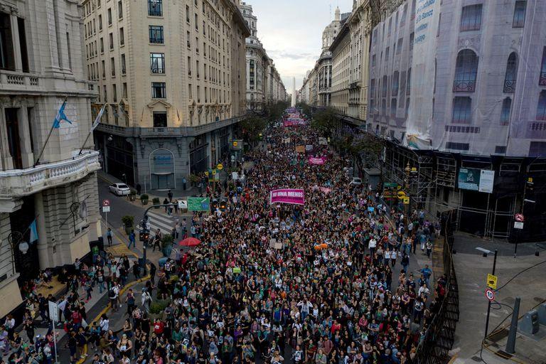 Mujeres marchan desde la Av. 9 de Julio hacia la Casa Rosada para protestar contra la violencia de género, el 5 de diciembre de 2018. Grupos feministas y sindicatos argentinos protestan contra un fallo judicial que absolvió a dos hombres acusados de abuso sexual y asesinato de una niña de 16 años.