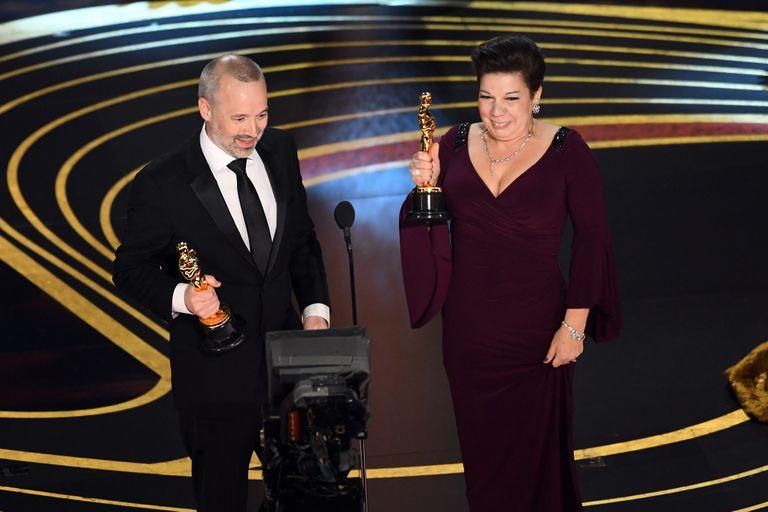 John Warhurst and Nina Hartstone aceptan el Oscar por Bohemian Rhapsody