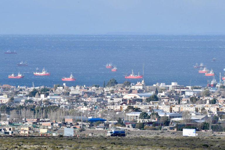 Postal inusual: decenas de barcos en el puerto de Madryn tras un fuerte temporal
