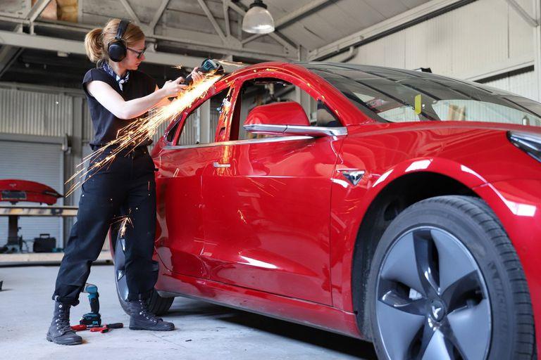 La youtuber Simone Giertz modificó un Tesla Model 3 para crear a Truckla, una camioneta pick-up eléctrica basada en el sedán eléctrico de la automotriz liderada por Elon Musk