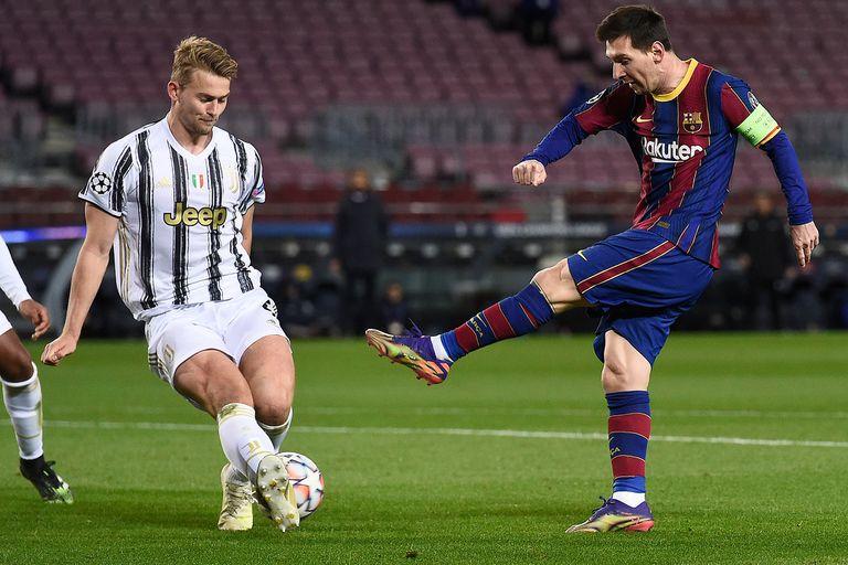 Uno de los tantos remates de Messi, ante la marca de De Ligt, en una noche en la que se le negó el gol