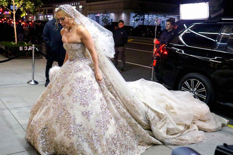 El jueves 17, los paparazzi hicieron fotos de J.Lo con un vestidazo de novia, y velo, de Zuhair Murad por las calles de Manhattan. Después se supo que la cantante estaba filmando escenas de su próxima película, Marry Me. Si bien está comprometida con Álex Rodríguez, todavía no tienen fecha.