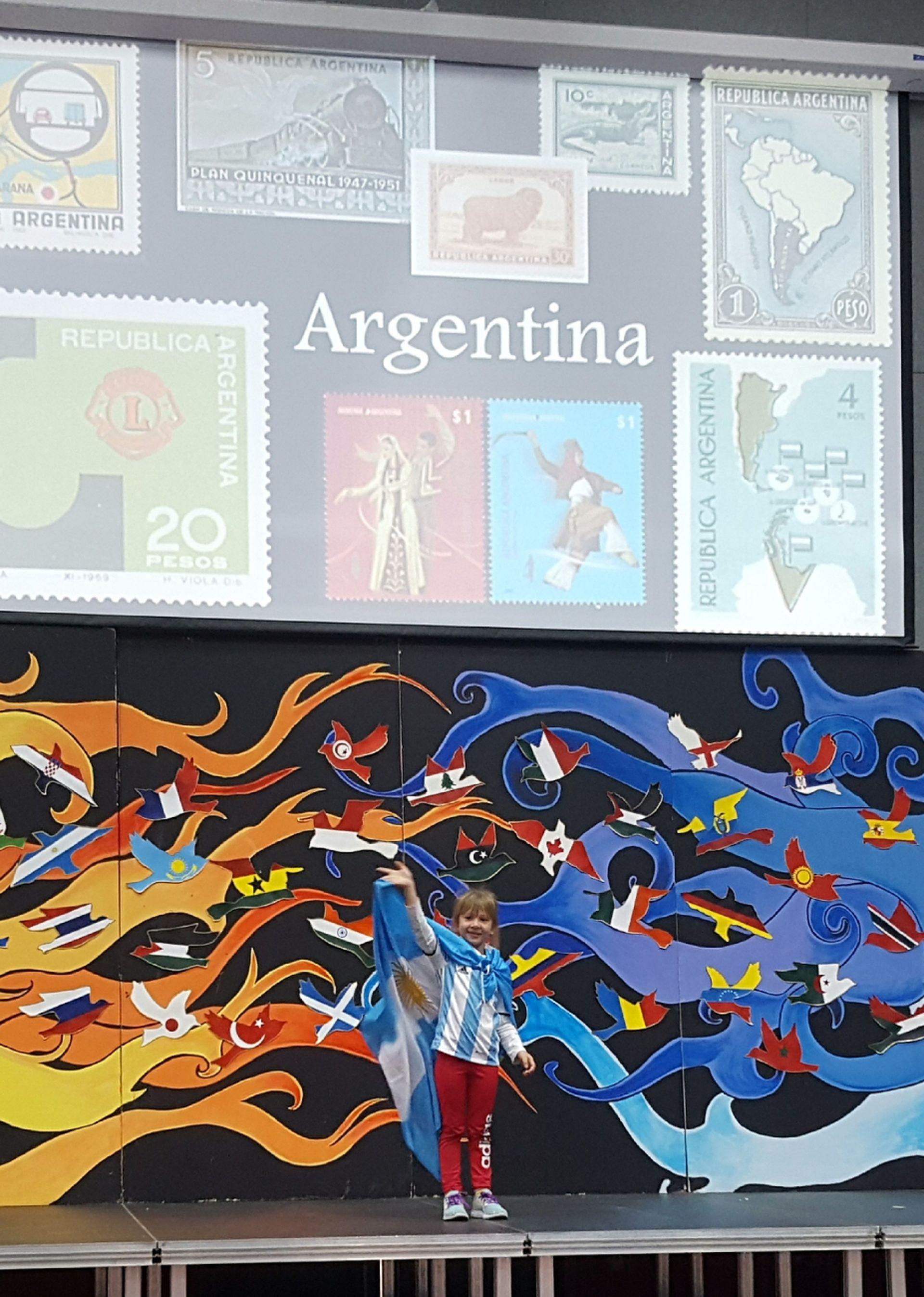 Cocó, representando a la Argentina en su colegio.