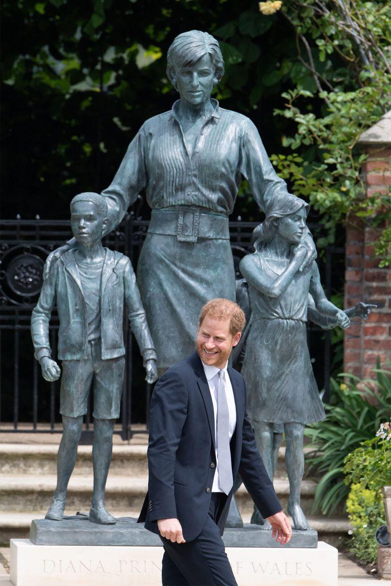 El príncipe Harry se mostró risueño en la inauguración de la estatua en honor a la vida y obra de su madre