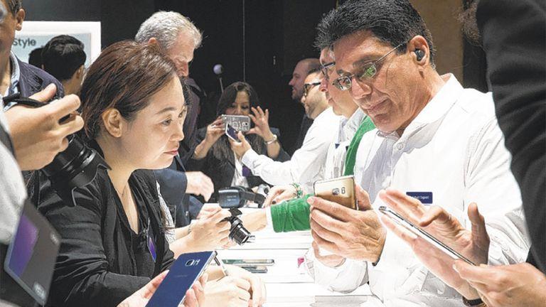 Empleados de Samsung muestran el funcionamiento del Galaxy Note 7 en un evento de lanzamiento en Nueva York