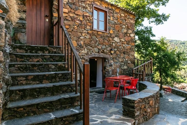 Las casas del hotel Cerdeira, en Portugal, fueron rehabilitadas de manera sustentable y respetando la arquitectura original y tradicional de la zona