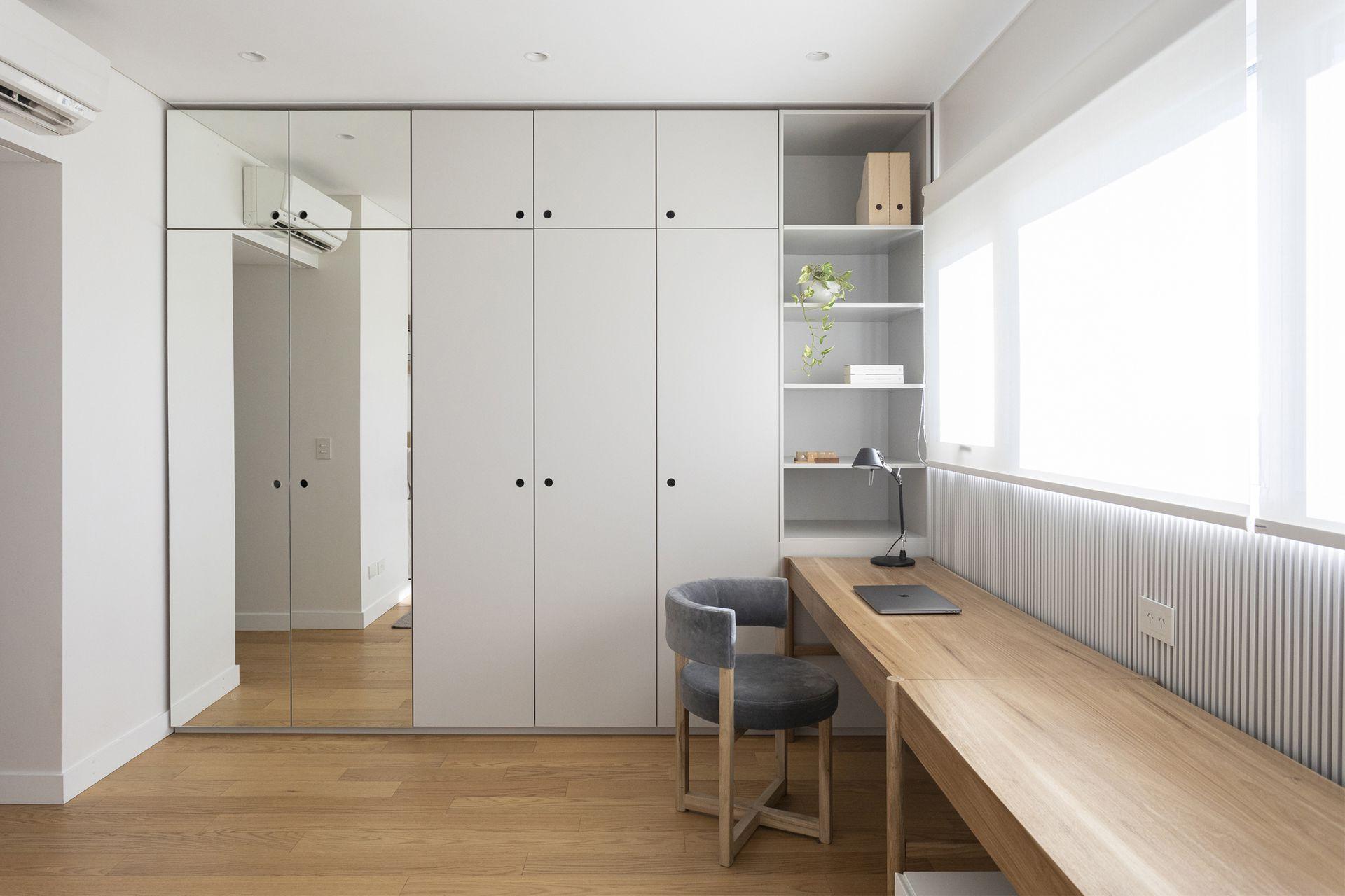 Originalmente, el placar tenía todas las puertas espejadas; dejaron solo dos paños de ese material y reemplazaron las demás con madera laqueada, además de realizar los interiores.