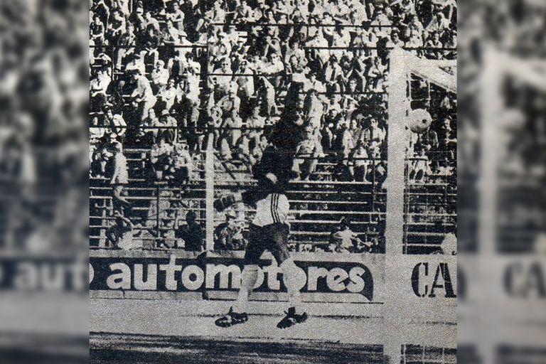 Borzi estira su mano derecha en vano mientras la pelota se dirige hasta la red