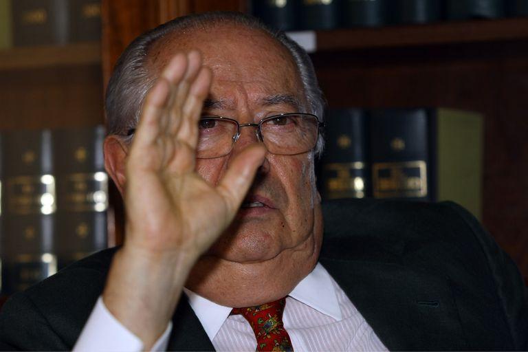 Carlos Corach, en su estudio jurídico