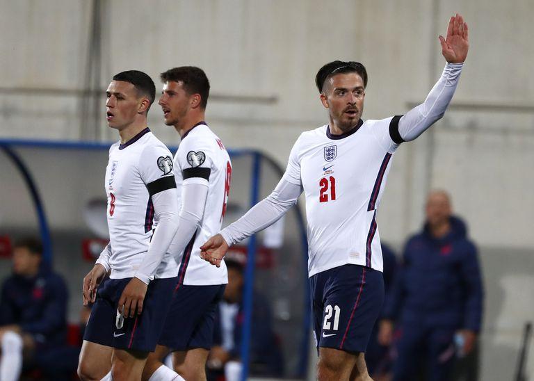 Jack Grealish (derecha) festeja tras marcar el quinto gol de Inglaterra ante Andorra, en un duelo de las eliminatorias mundialistas, realizado el sábado 9 de octubre de 2021 (AP Foto/Joan Monfort)