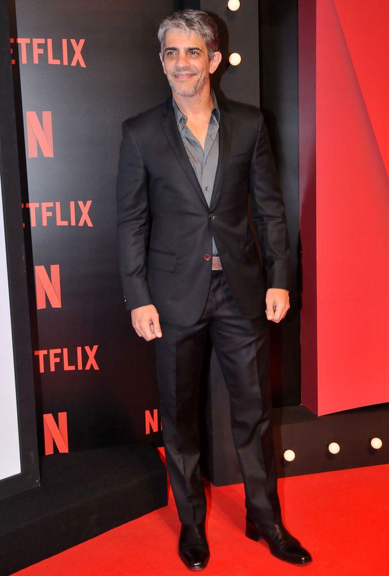 Pablo Echarri, muy elegante en la gama del negro y gris, se mostró feliz de ser parte de una producción original de Netflix