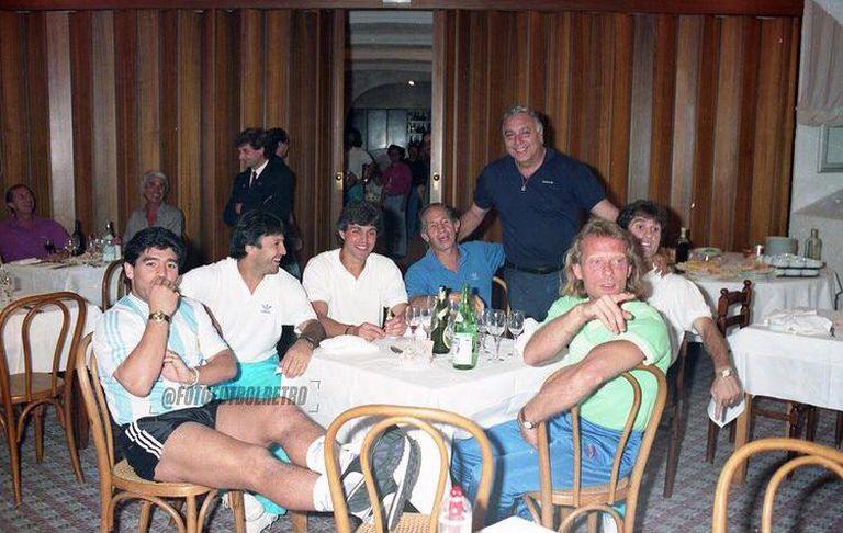 Sobremesa en el Mundial 90, con Diego (único con la camiseta puesta), Olarticoechea, Giusti, Mariani, Profe Echevarría y Ruggeri.