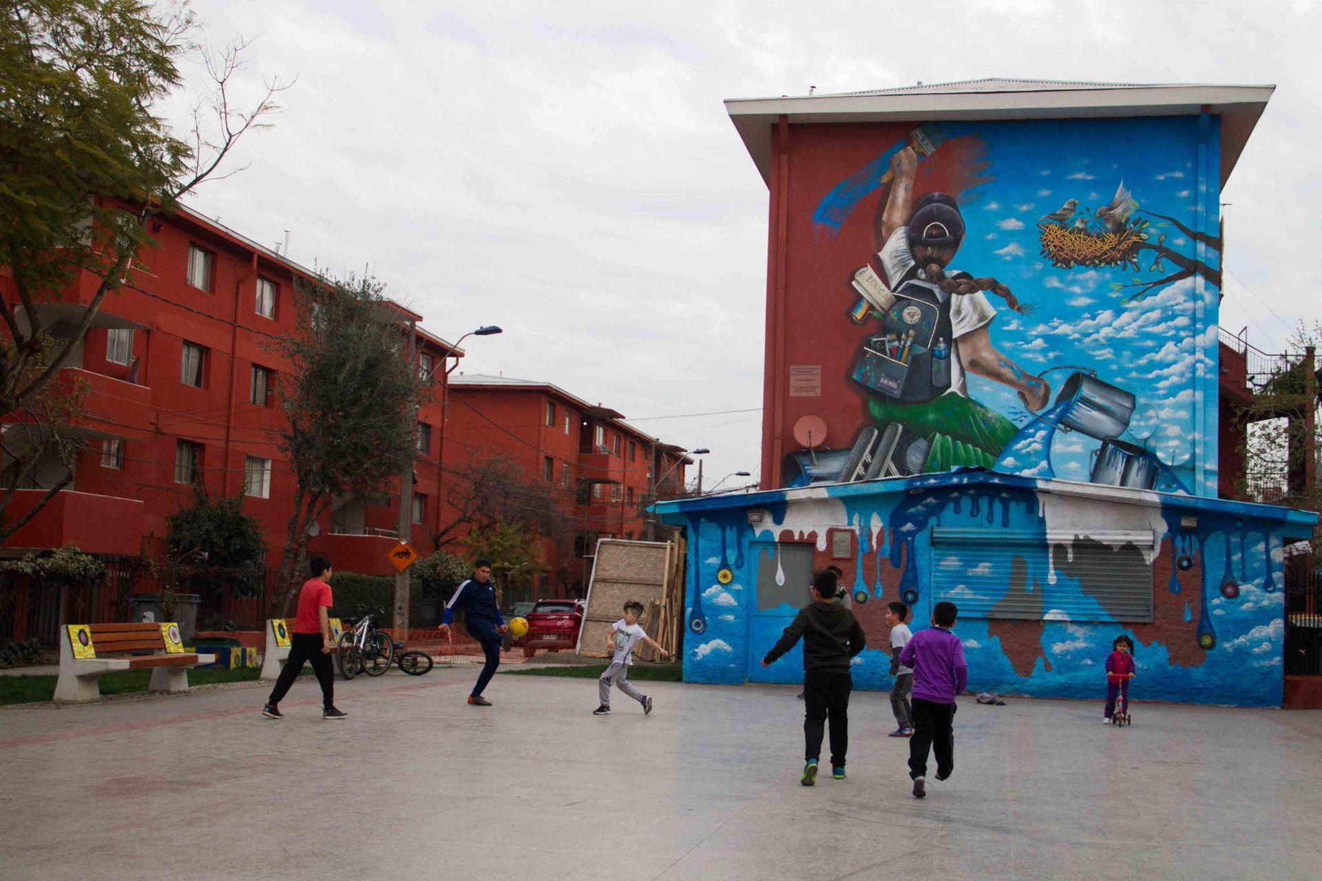 Artistas callejeros chilenos y extranjeros aportaron su vuelo para revitalizar comunas como la de San Miguel