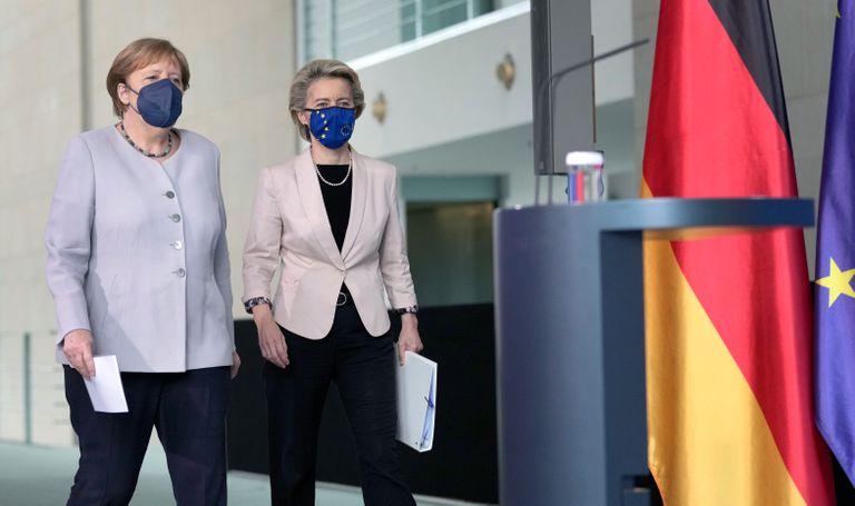 Merkel y Ursula von der Leyen, antes de la conferencia de prensa que brindaron hoy en Berlín