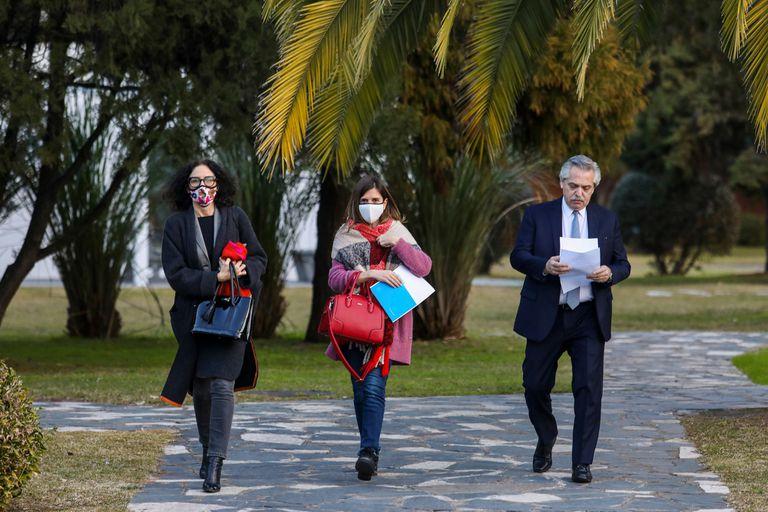 Alberto Fernández, en los jardines de Olivos, junto a Cecilia Todesca y Fernanda Raverta, en una escena de la semana en que saltaron a la luz las tensiones internas con Cristina Kirchner