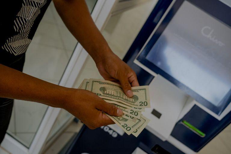 Wilmar Escobar, de 18 años, retirando dólares de su billetera electrónica de bitcoin en un cajero automático Chivo, en San Miguel, El Salvador