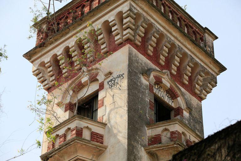 El pintoresco palacio de ladrillos rojos tiene una torre neogótica